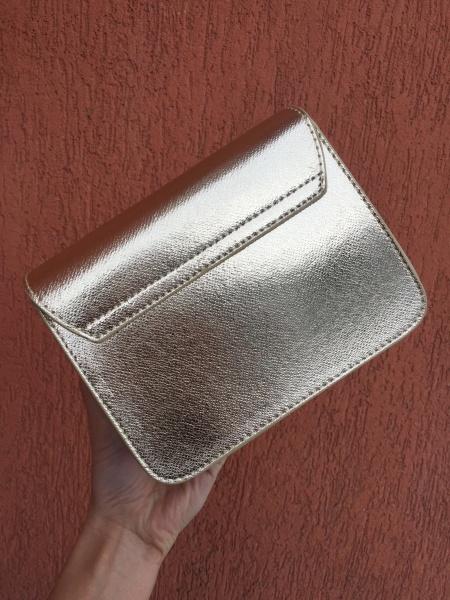 Маленькая женская сумочка золотая