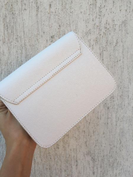 Маленькая женская сумочка белая